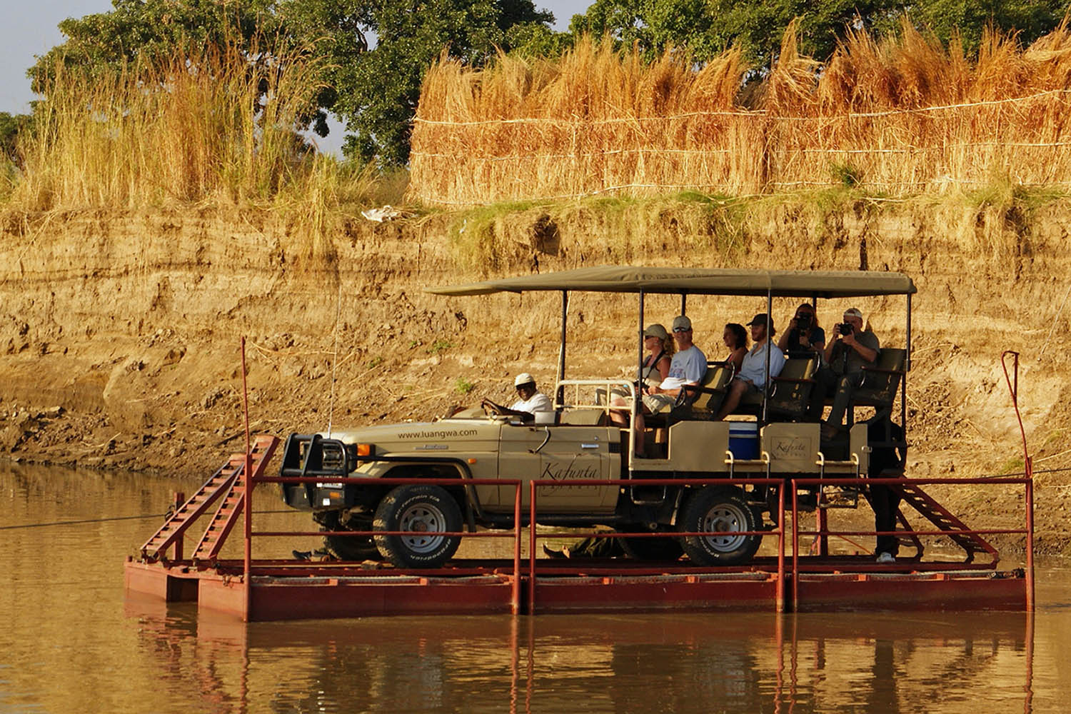 kafunta river lodge zambia-in-style-safari-packages-lodges-game-drive-pontoon