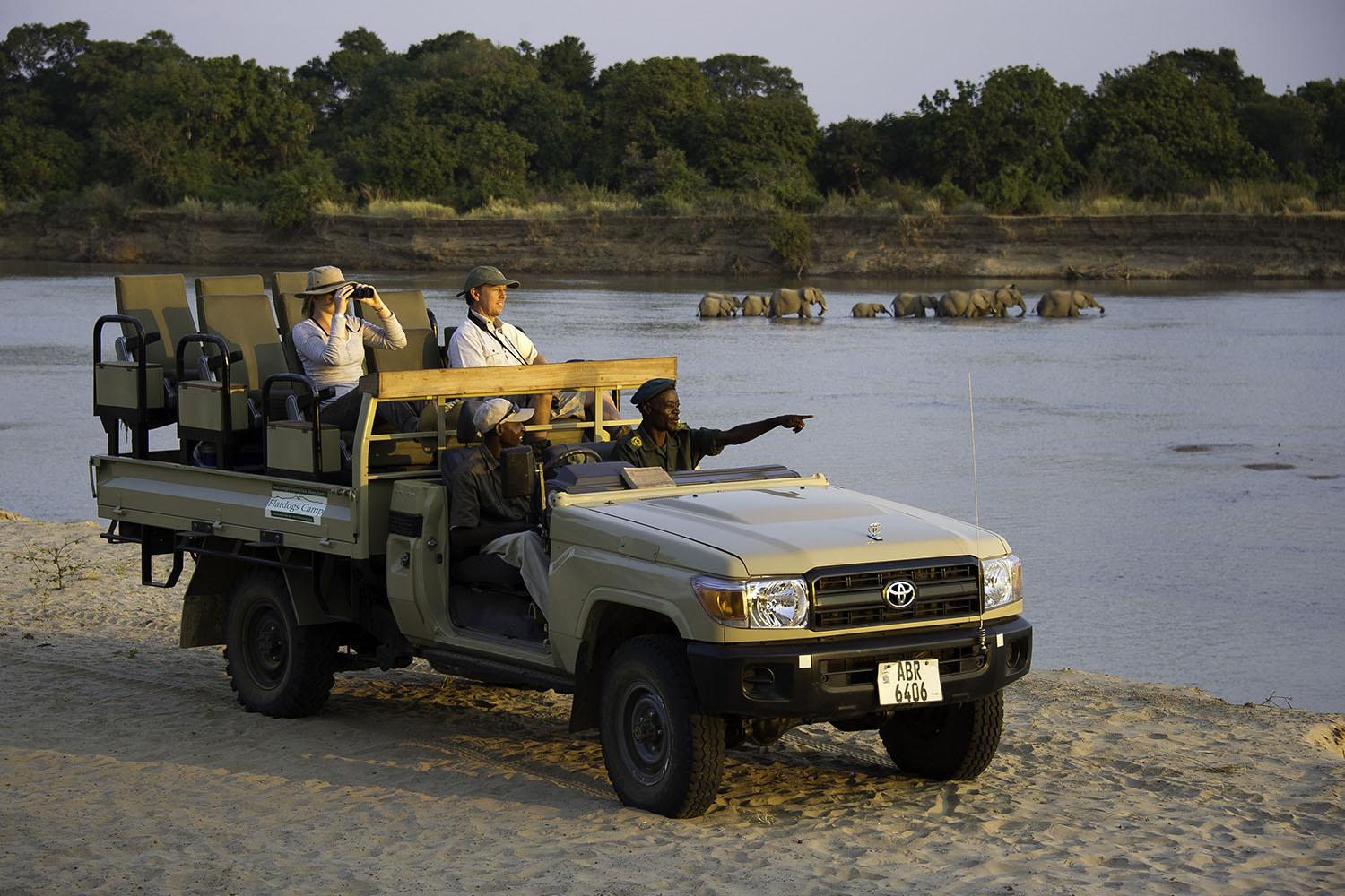 flatdogs-camp-zambia-in-style-tours-safari-packages-lodges-explore-south-luangwa-national-park-Game-drive-along-the-river