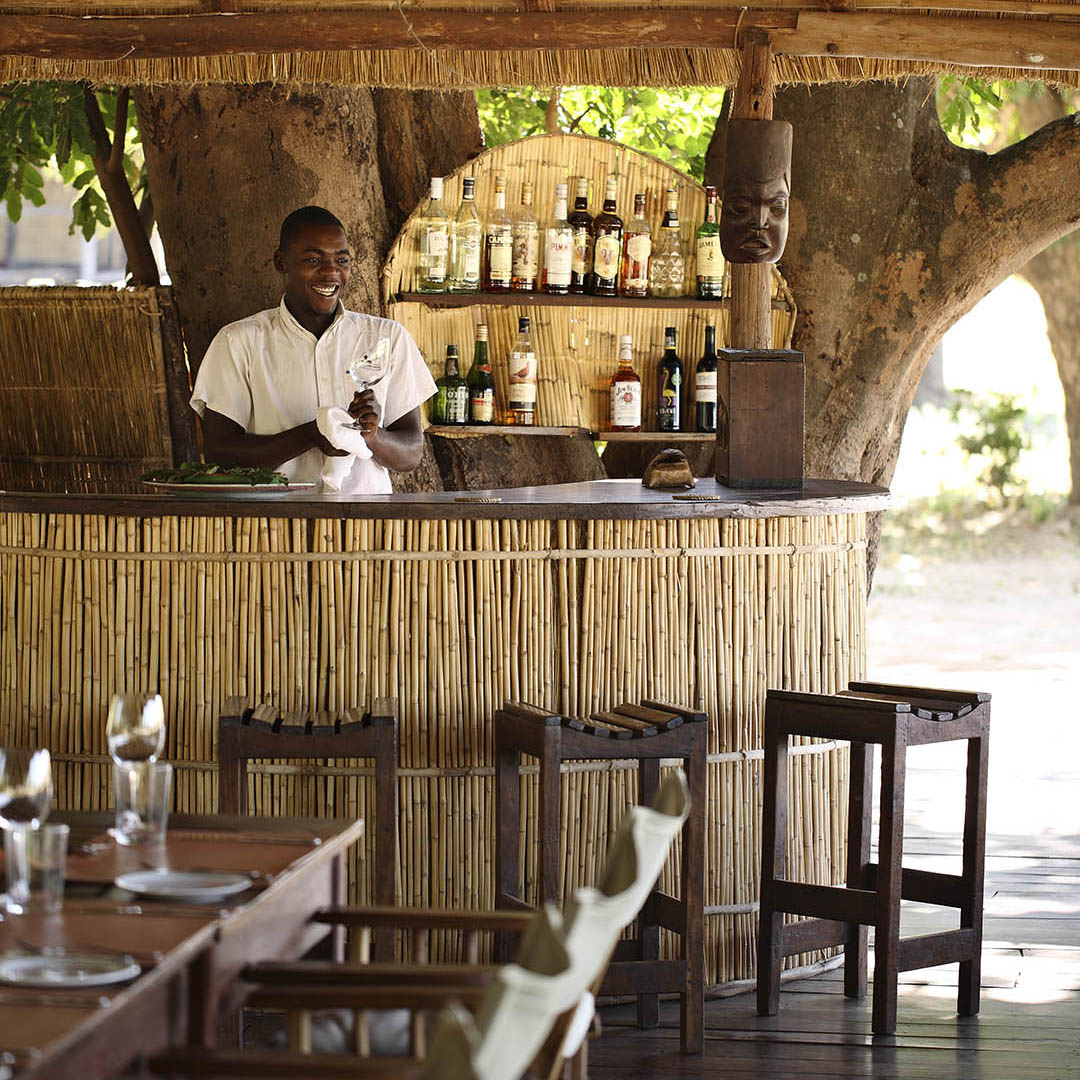 nsolo-lodge-zambia-in-style-tours-safari-packages-lodges-south-luangwa-national-park-bar-drinks-rustic
