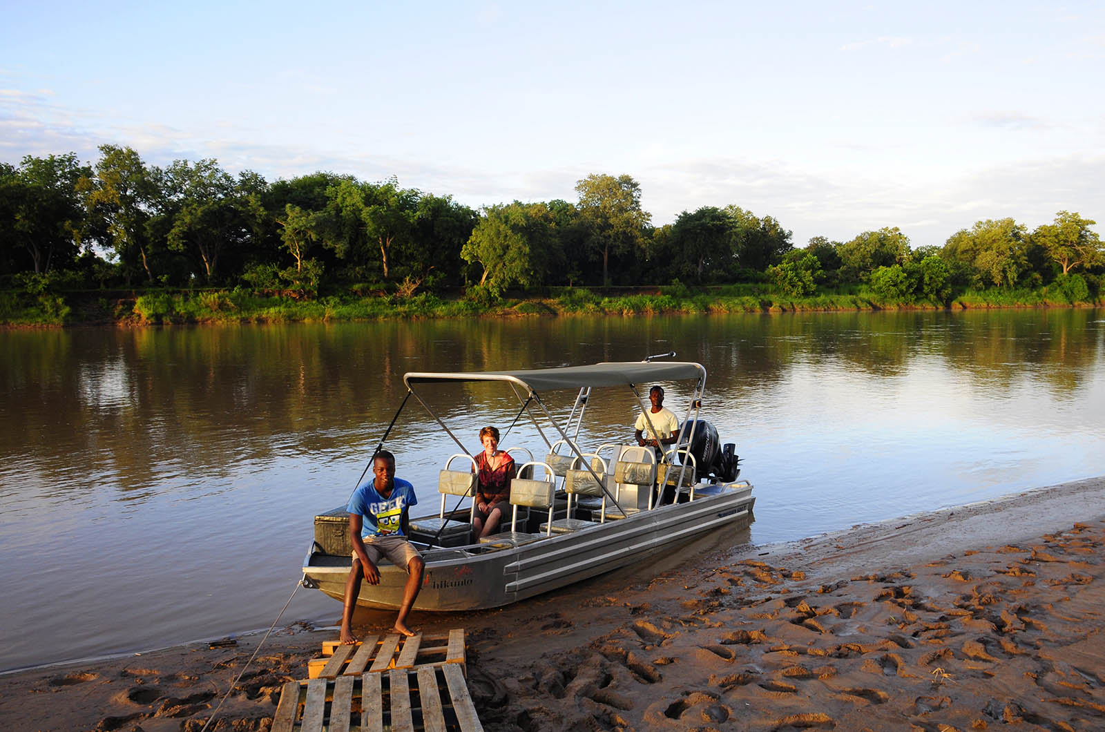 chikunto-lodge-zambia-in-style-safari-packages-lodges-luxury-tents-south-luangwa-boat-safaris-people