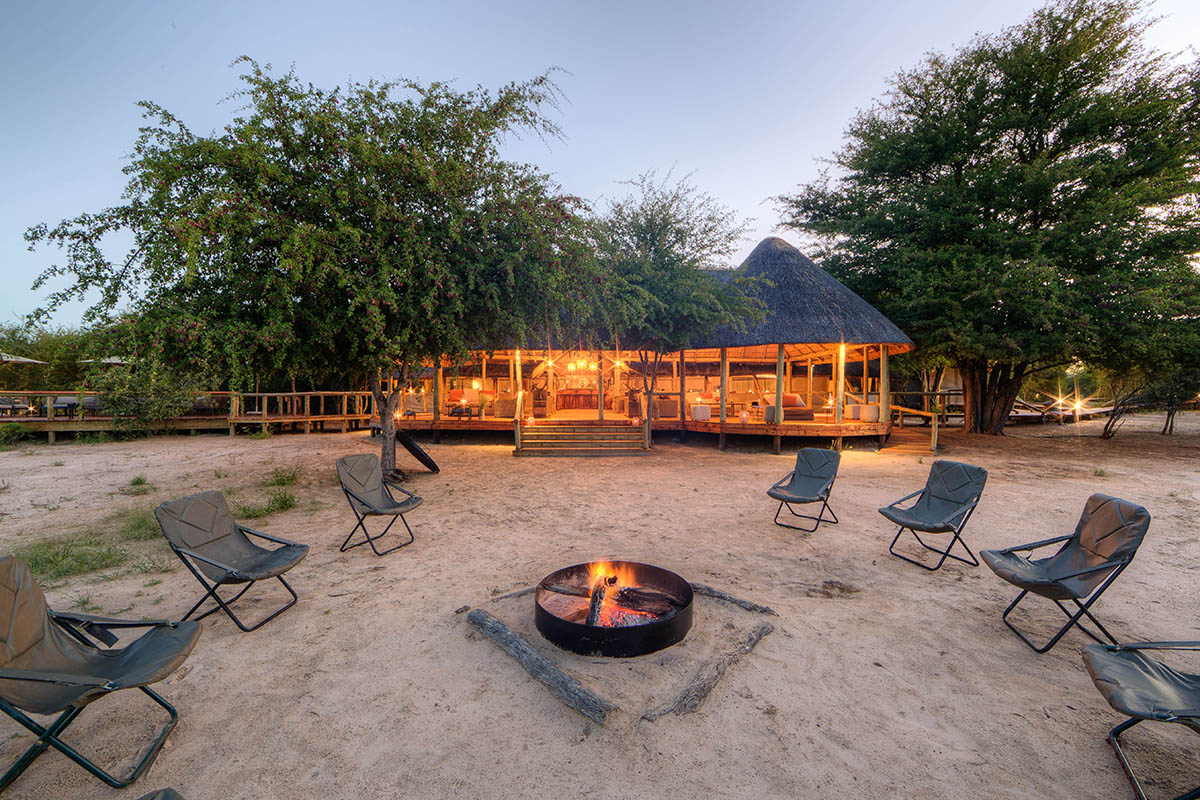 dinaka camp central-kalahari-game-reserve-botswana-lodges-safari-zambia-in-style-dinner