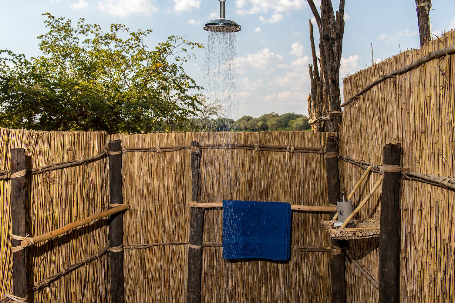 takwela-camp-north-luangwa-national-park-lodges-zambia-in-style-outdoor-showers